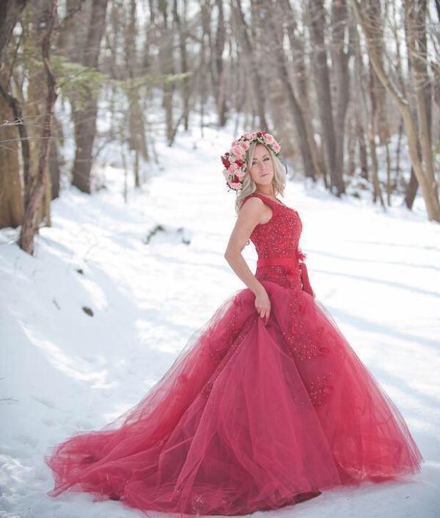 Prachtige rode prinsessen trouwjurk met tule en versieringen