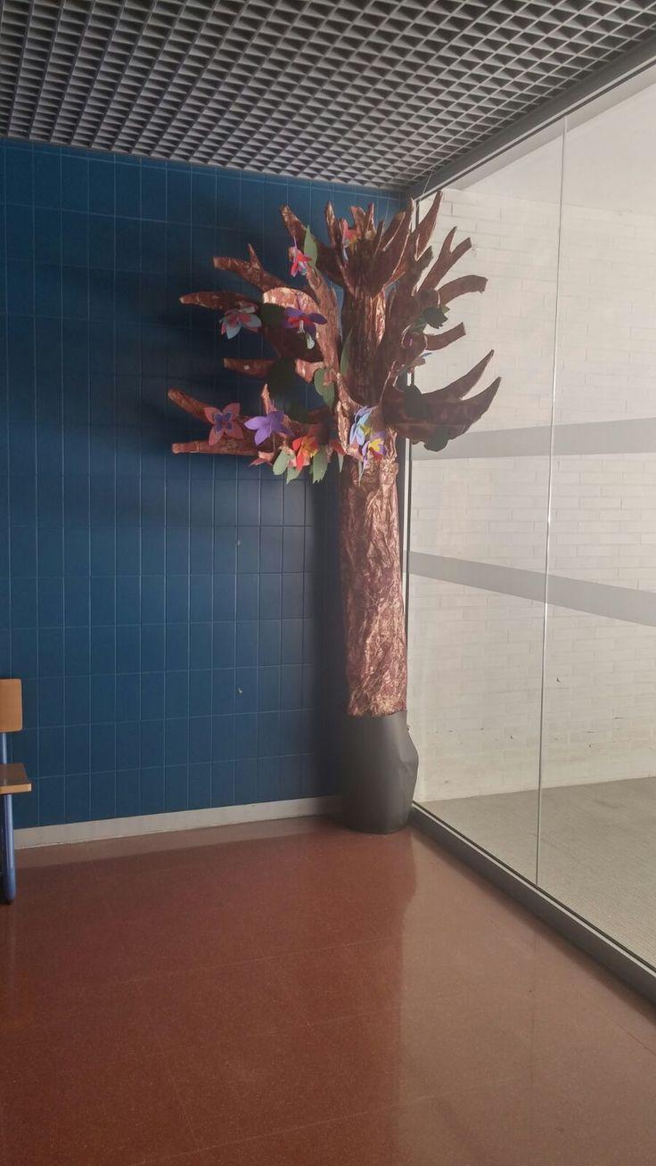 Un árbol de papel como este es una obra decorativa.