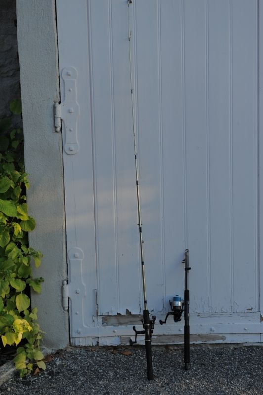 2 cannes à pêche équipée chacune de moulinet.1 ligne bouchon/plomb/hameçon1 ligne mitraillette. A louer exclusivement sur www.placedelaloc.com !