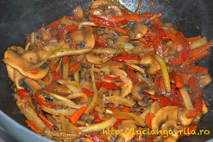 Vegetables (red pepper, carrot, celery, champignons) stir-fry Legume (ardei roșu gras, morcov, țelină, ciuperci champignon) la wok
