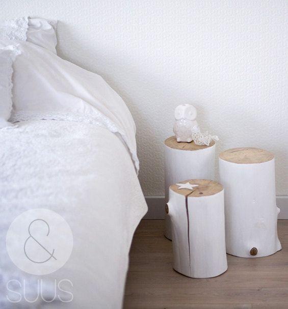 Boomstam tafeltje: wat een leuk tafeltje voor op een slaapkamer! via Etsy.