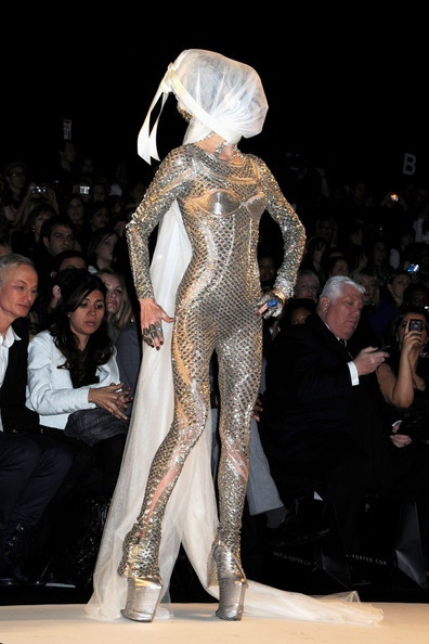 Daphne Guinness Photo - Kelly Osbourne Walks the Runway at Naomi Campbell's Fashion For Relief Show
