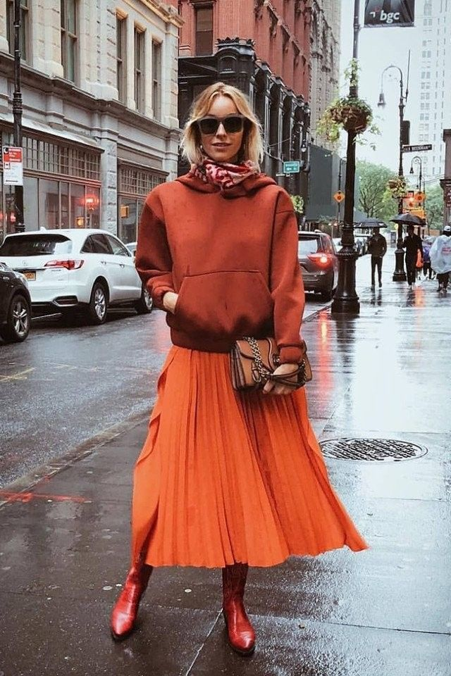 Bringing some colors to the rainy weather 🍅After the show yesterday🌧 Orange Skirt Outfit, Pleated Skirt Outfit, Winter Skirt Outfit, Skirt Outfits, Monochrome Outfit, Color Naranja, Hoodie Outfit, Orange Is The New Black, Colourful Outfits