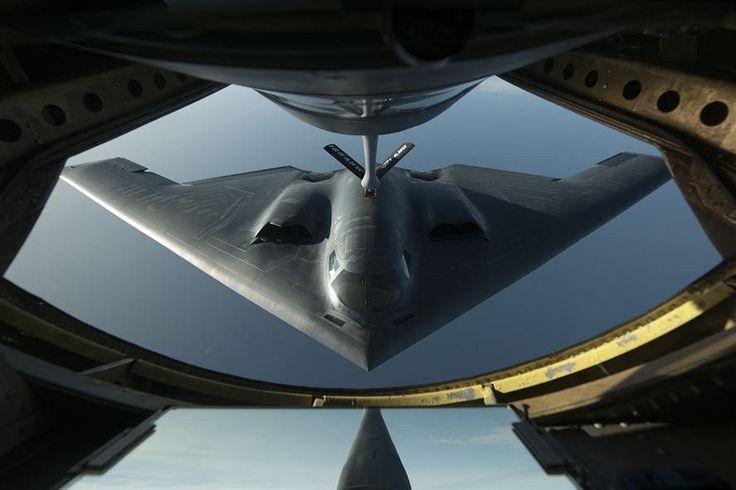 Tým fotografů USAF zaznamenává vše důležité ze života amerického letectva. Z jejich záběrů jsme vybrali třicítku nejlepších roku 2014. Pořadí v galerii je nahodilé. Jelikož jsme neurčili vítěze, napište do diskuze číslo fotografie v galerii, která je podle vás nejlepší, tedy vítězná. Jako první si prohlédněte jedinečný bombardér B 2 Spirit při tankování nad severním Atlantským oceánem.