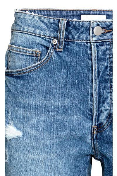 CONSCIOUS. Jeans a 5 tasche in denim lavato con dettagli molto consumati. Linea casual e vita normale. Chiusura a bottoni. Realizzati in parte con cotone bi