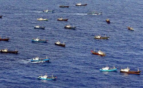 鳥島周辺で漁をする多くの中国漁船とみられる外国船。中には中国国旗をたなびかせる船もあった=伊豆諸島の鳥島周辺で2014年10月31日午後2時3分、本社機「希望」から小川昌宏撮影 ▼1Nov2014毎日新聞|サンゴ密漁:中国漁船、伊豆諸島まで北上 http://mainichi.jp/shimen/news/20141101ddm001040101000c.html