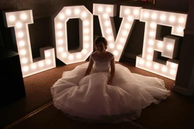 Os letreiros luminosos têm sido uma das tendências de casamento com mais êxito dos últimos anos. Acrescenta um toque retrô ao seu dia C. Veja algumas ideias!