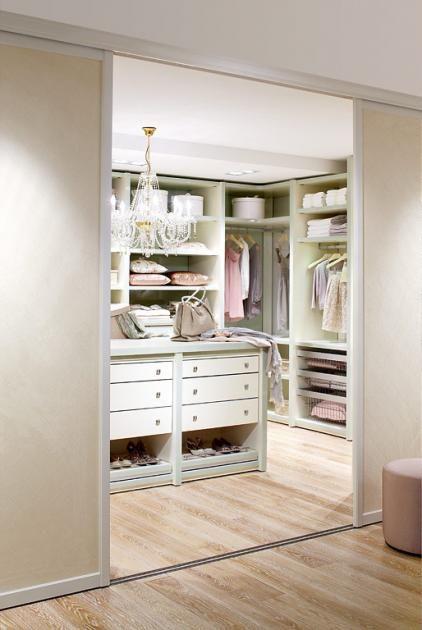 Amazing Behandeln Sie das Innenleben Ihres begehbaren Kleiderschranks wie Ihr Wohnzimmer Um Ihren Schrank innerlich aufzuwerten