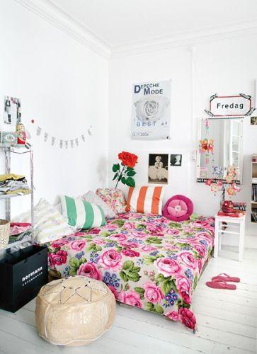 """Foi-se o tempo em que tudo deveria ser """"combinadinho"""". Olha que legal que ficou essa colcha floral com as almofadas listradas. Experimente deixar a criatividade fluir e imprima sua personalidade no seu quarto."""