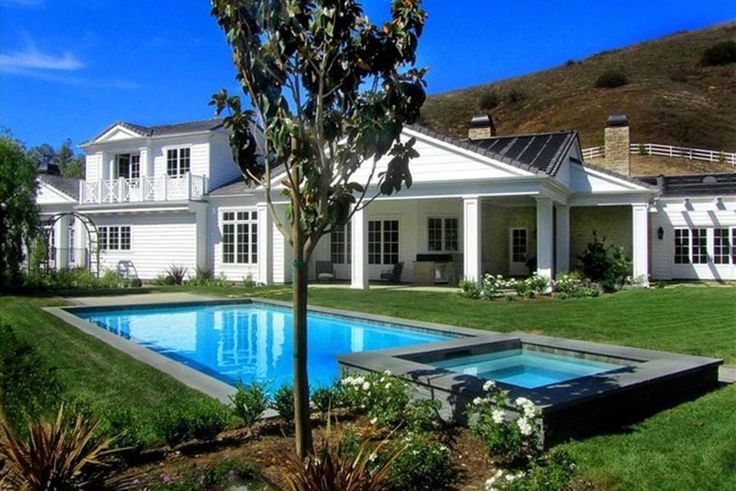 Casas de famosos: Kylie Jenner se regala una casa de 12 millones de dólares por su 19 cumpleaños. Fotogalerías de Celebrities. Que en la familia Kardashian había posibles era algo que ya se sabía. Las cuentas bancarias de las hermanas rebosan millones, y mientras Kim Kardashian ha