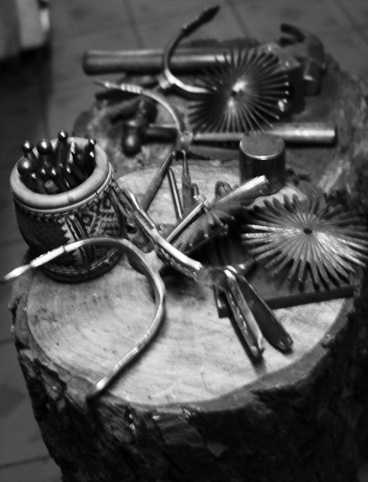 Reparación de espuelas antiguas para ser usadas en las celebración de fiestas patrias en Chile, Laguna Verde, Valparaiso año 2011