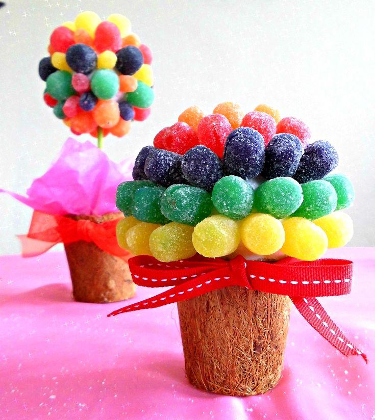 Topiario hecho de gomitas!   Les presento dos formas deliciosas de crear un topiario para decorar cualquier actividad. Recuerda que estas y otras dulces ideas pueden formar parte de tu Candy Bar para esa ocasión especial. Si deseas más información contáctanos (787)938-9305