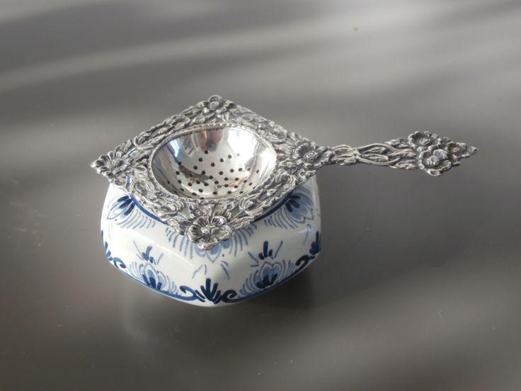 Zilveren theezeef met zeskantig delfts lekbakje
