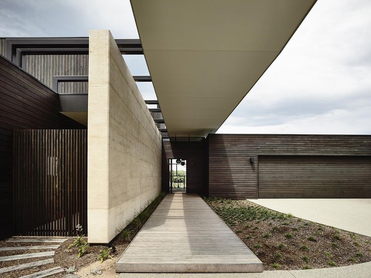 Completed in 2015 in Melbourne, Australia. Images by Derek Swalwell . On the rear site of a sub-division in Melbourne's Portsea, this family home provides expansive views of a nearby golf course that are carefully...