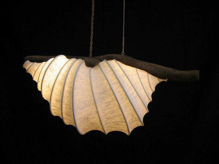 Lámpara artesanal hecha con madera reflotada, pieza única. De venta en Dorna (Laxe).