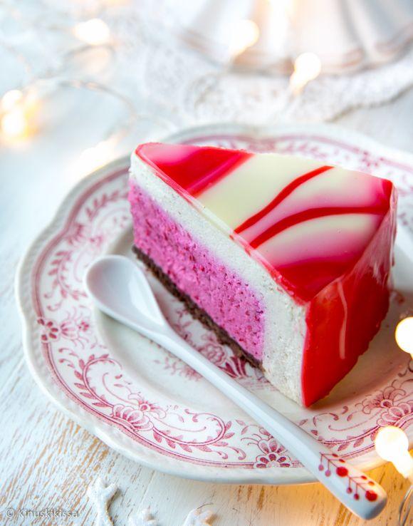 Ilmassa on joulun taikaa, kun kakku kätkee sisäänsä herkullisen yllätyksen. Täyte muodostuu piilokakun raikkaasta puolukasta ja sitä ympäröivästä täyteläisestä luumu-kanelikerroksesta. Kakun päällä on efektikuorrute, joka on oma versioni Mirror glaze -tekniikasta. Näin kakulle muodostuu täydellisen sileä pinta, jonka efekti on eriväristen kuorrutteiden muodostama kuvio. Jos ihmettelet luumu-kanelitäytteen maidon määrää, niin sille on looginen selitys. Hain […]