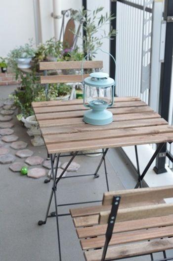 IKEAのアイテムで実現する、ベランダアレンジ事例集 | キナリノ ベランダの手すり側にテーブルセットを配置すれば、ベランダから外の