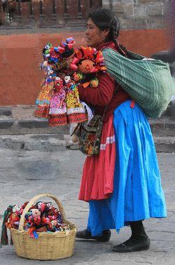 Muñequitas de Trapo. Estas piezas son elaboradas por manos y materiales mexicanos; con la vestimenta y los listones coloridos hacen alusión a los trajes típicos de las mujeres mazahuas, grupo étnico ubicado en Michoacán.