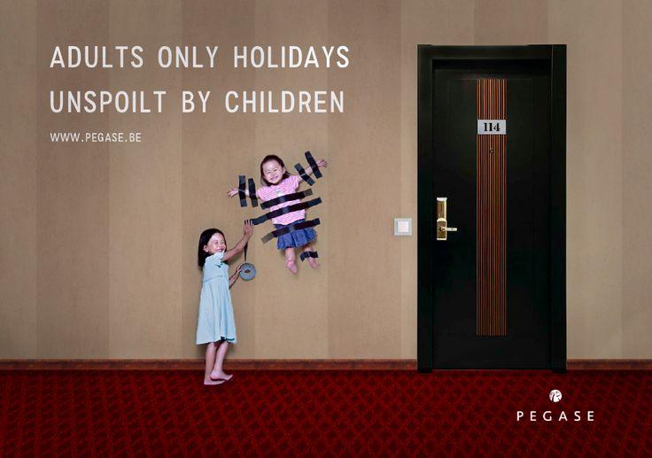 De slogan links boven, het logo rechts onder het de kinderen in het midden. Zo creëer je een diagonale lijn voor het oog. Je ziet eerst de visual (de kinderen), doordat het bovenste kind wat naar links leunt, zie je meteen de slogan. In diezelfde diagonale lijn ligt dan ook het logo dat als 3e wordt gezien.