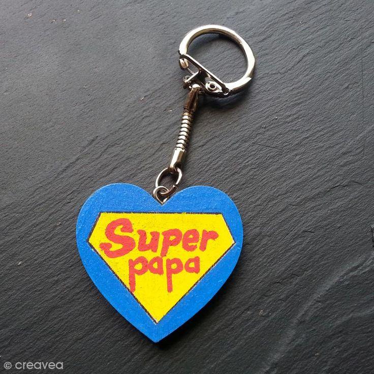 La team Creavea vous a concoté un magnifique porte clés personnalisé pour un Super Papa ! Ce DIY est à réaliser avec beaucoup d'amour, car c'est de là que ce porte clefs en bois tient ses supers pouvoirs !