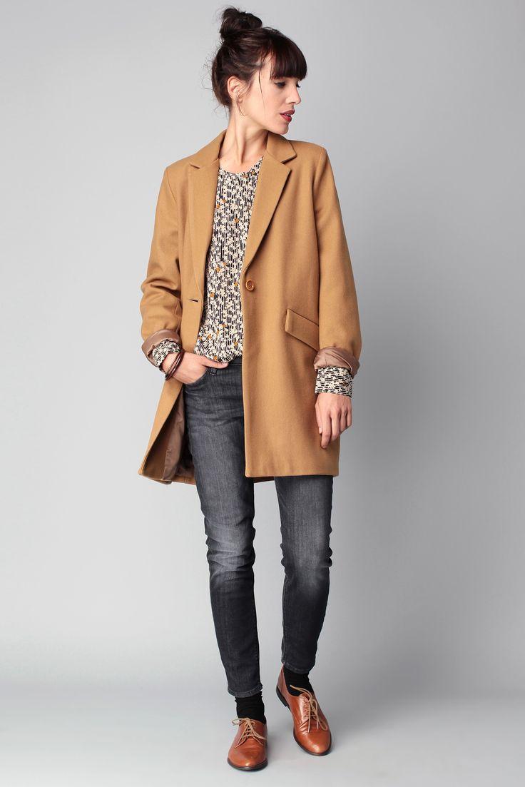 Pull gris chiné + jeans brut + manteau fauve + derbies fauves
