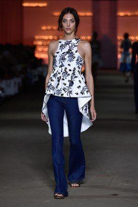 Jeans flare no desfile da AJE na semana de moda australiana . Foto: Stefan Gosatti/Getty Images
