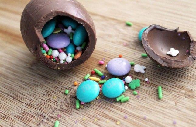 Met snoepjes gevulde chocolade eieren