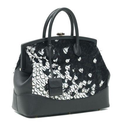 Si chiama Diva, il nuovo modello di borse di Desmo, realizzato in pelle di vitello con inserite piume bianche e nere dipinte a mano.http://www.sfilate.it/211373/diva-la-nuova-borsa-con-piume-bianche-e-nere-di-desmo