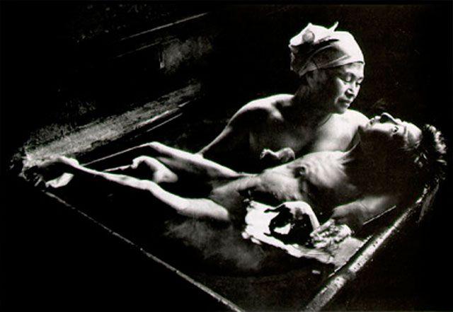 Tomoko bañado por su madre, Minamata 1972, de Eugene Smith.
