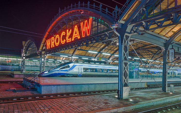 Main trainstation, and Pendolino #wroclaw #poland #architecture #train #nightphotography Photographer - Piotr Szuszkiewicz
