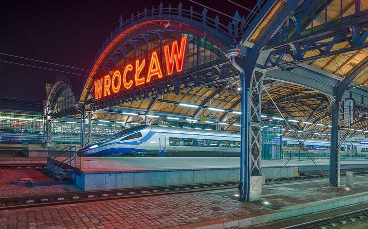 Main trainstation, and Pendolino #wroclaw #poland #architecture #train #nightphotography Photographer - Piotr Szuszkiewicz