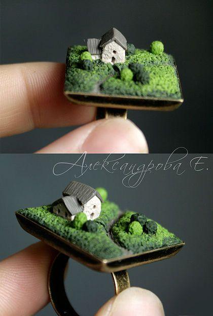 Кольцо `Прекрасное далёко`. Колечко с декором из полимерной глины. Свой собственный мирок в миниатюре. Утопающий в зелени уютный домик, плутающая среди холмов тропка. Пора на природу от городской суеты.