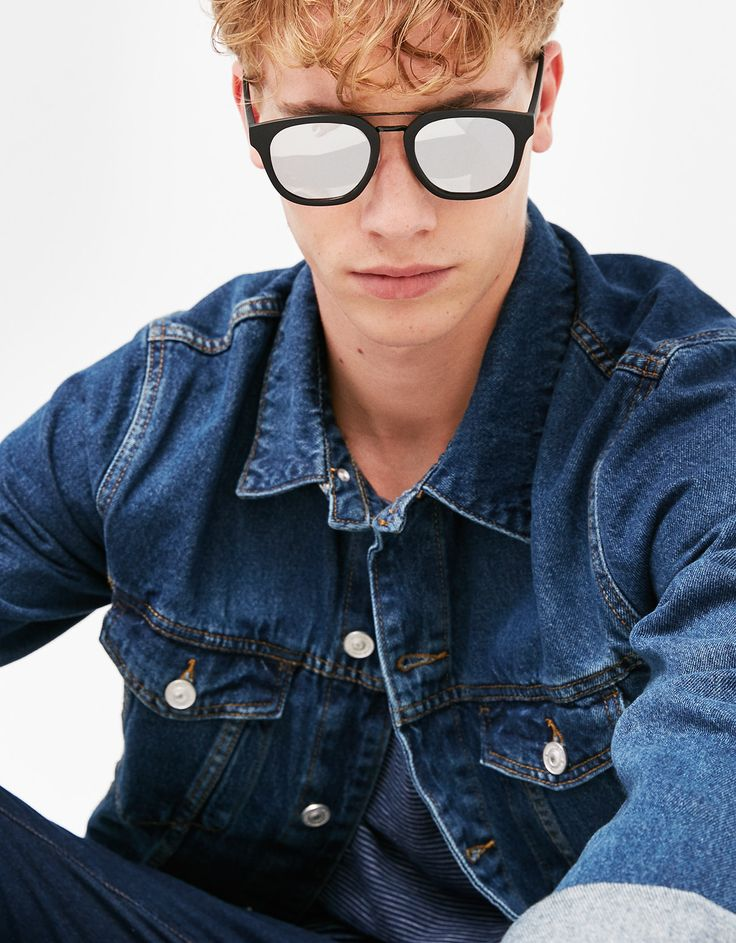 Óculos com armação engomada. Descubra esta e muitas outras roupas na Bershka com novos artigos cada semana