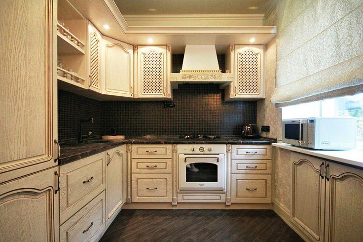 Светлая кухня темная столешница фото