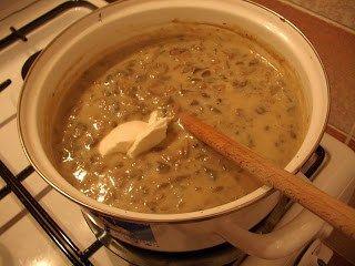 CIULAMA DE CIUPERCI CU LAPTE- Ingrediente: 1 kg de ciuperci 4 cepe potrivite 1/2 litru de lapte 2 linguri de faina 2 linguri de smantana (optional) delikat piper Cum se face: Se spala s