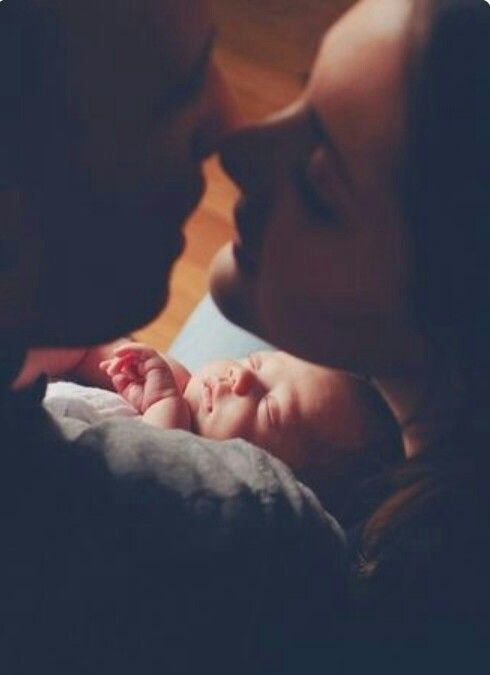 O my gosh O my gosh so Beautiful picer of a cuople with his new born baby so lovely so sweet