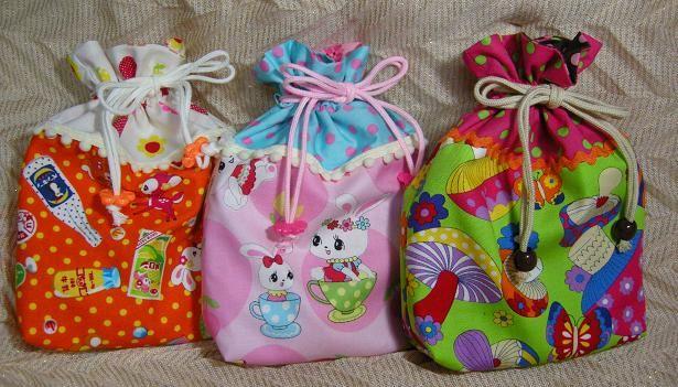 「おしゃれな裏地付き巾着袋」カラフルな布で作るとかわいいです。 お菓子などを詰めてプレゼントにすると喜ばれそうです![材料]表布・上/表布・下/内布/ひも/ブレードなどの飾り/ループエンド