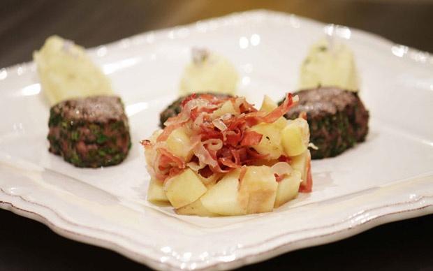 Filetto di cervo panato con puré al profumo di ginepro e spadellata di mele, di Margherita.