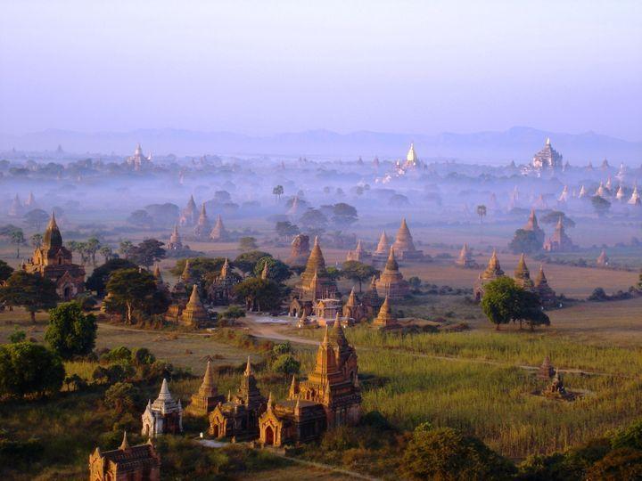 緑の平原に浮かび上がる無数の仏塔や寺院!美しすぎるミャンマー・バガン遺跡 | RETRIP[リトリップ]