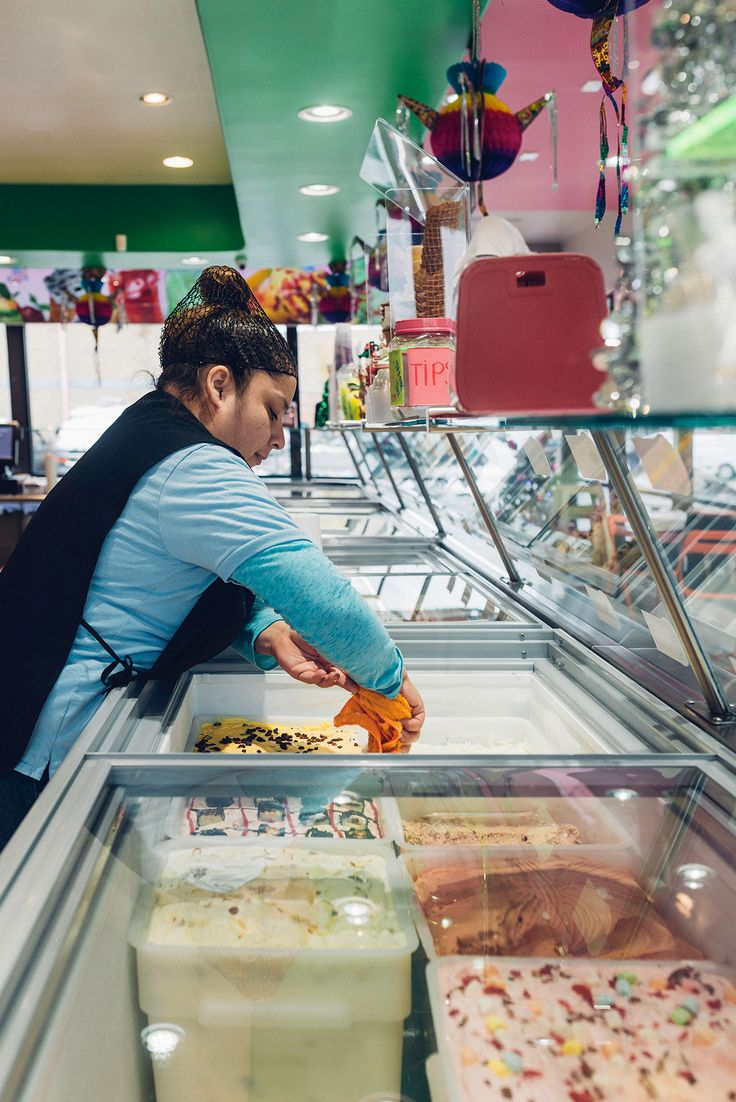 A woman preparing sweets at La Michoacana Premium (Del Panda)
