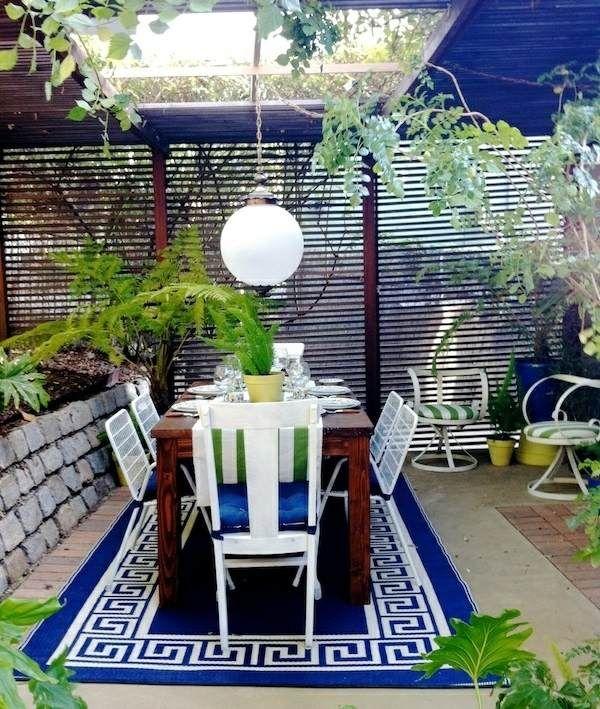salle à manger moderne terrasse avec une table à manger et un tapis original