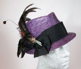 Dirndlhut aus lila Strohborte mit schwarzem Band / Federgesteck