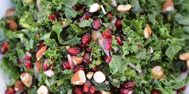 Dejlig frisk salat med grønkål, søde granatæblekerner og sprødristede mandler med en lækker dijondressing til.