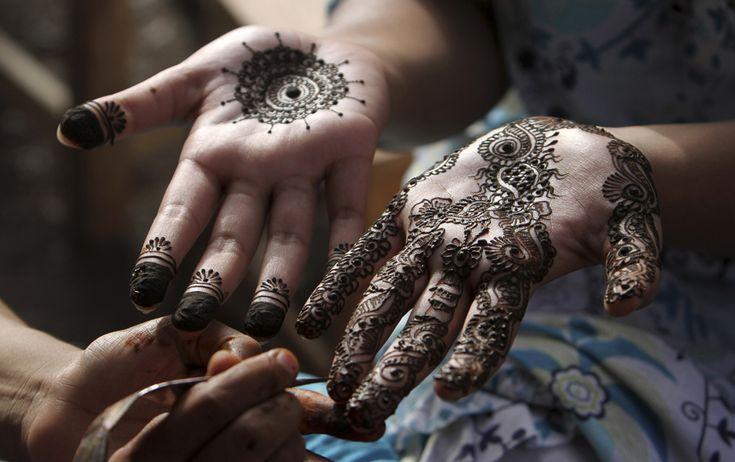 Karachi, Pakistan  Una ragazzina pachistana si è fatta pitturare le mani con l'henné prima dell'inizio della festa di fine Ramadan, a Karachi, in Pakistan.  (AP Photo/Fareed Khan)