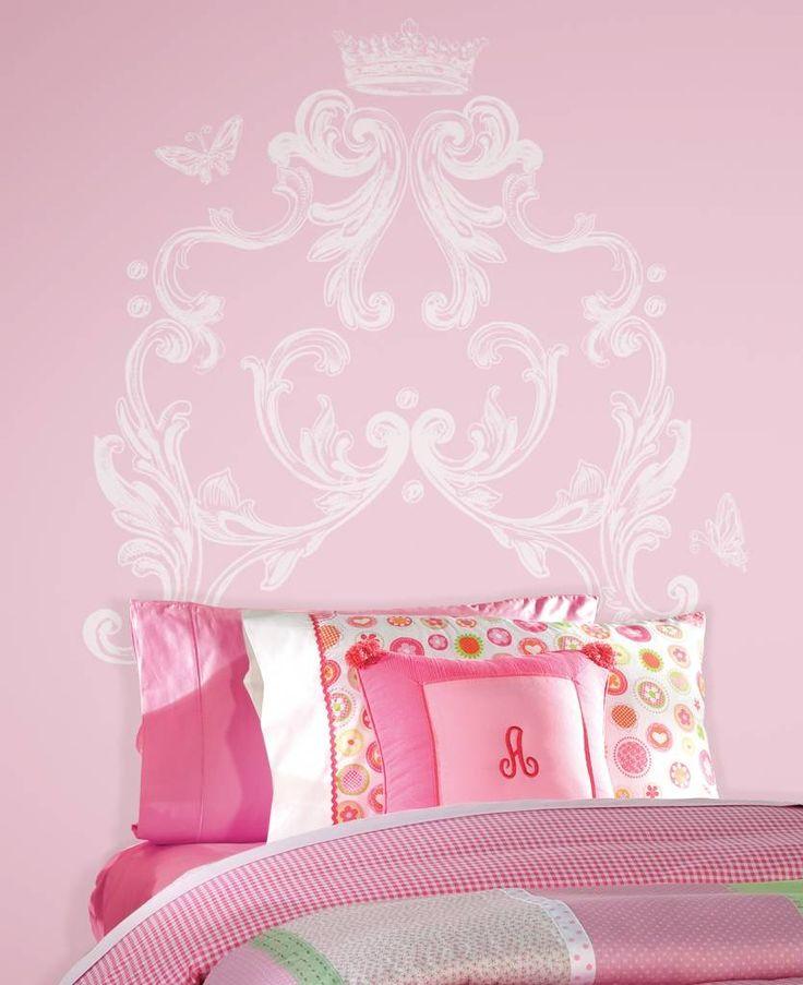 Geef het bed op de meisjeskamer een mooie muursticker van sierlijke krullen, kroon en vlinders. De muursticker is: 94cm x 91,4cm