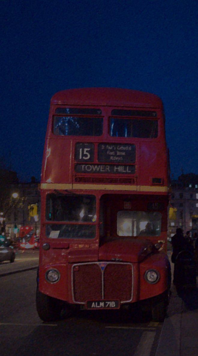 ロンドン・トラファルガー広場近くで撮影した旧型の2階建てバス
