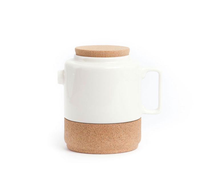 """""""The Whistler"""" est le plus grand et l'un des plus vieux chênes liege dans le monde et se trouve dans la région de l'Alentejo portugais. Cet arbre spécial maintenant donne nom à cette gamme de produits: un service à thé dans ce que cork embrasse céramique exactement comme il embrasse le bois en chêne, et les formes sont inspirées de la poterie traditionnelle de l'Alentejo.   Designer: Raquel Castro Dimensions: 17,5 x13x14 cm"""