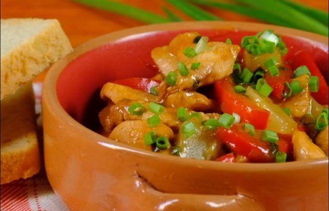 Ингредиенты: куриная грудка — 1шт соевой соус паприка 0,5 ч.л. оливковое масло болгарский перец — 1 шт зеленый лук — 1 пучок консервированные ананасы — 100г + ананасовый сок 100г крахмал Приготовление: Нарезать грудку «соломкой», добавить к ней 5 столовых ложек соевого соуса, 0,5 чайной ложки паприки, 2 столовые ложки оливкового масла. Перемешать и оставить …