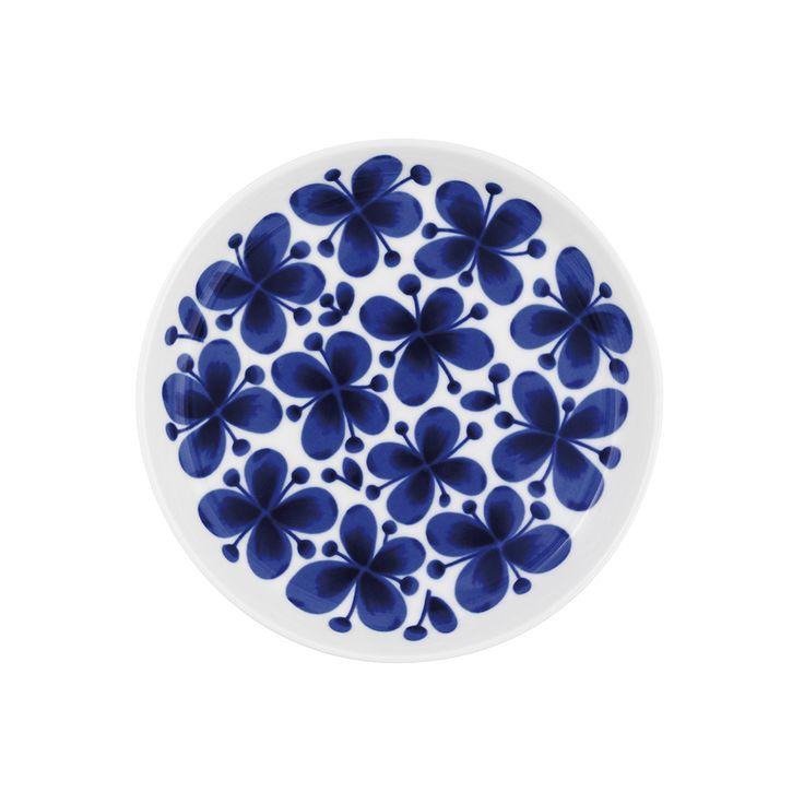 Mon Amie är en romantisk och grafiskt vacker porslinsserie formgiven av Marianne Westman 1950. Serien har blivit en riktig klassiker som är älskad över hela världen. I serien ingår muggar, fat, mattallrikar, skålar och förvaringsburkar. Tallriken passar perfekt till frukosten! Tål maskindisk. Storlek: 18 cm