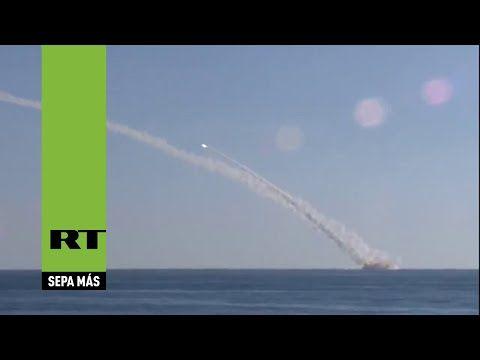 Lanzamiento de misiles Kalibr desde el submarino ruso emplazado en el Me...